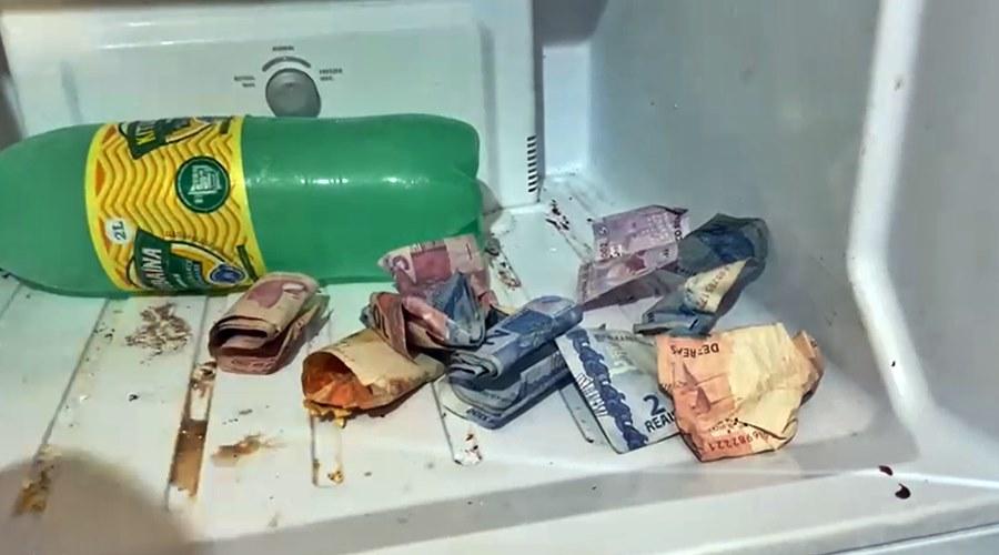 Imagem: Dinheiro do roubo escondido dentro da geladeira Após roubo, PM faz cerco e prende bandidos com arma de fogo