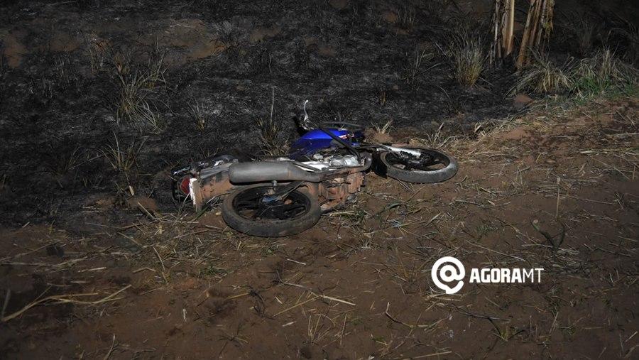 Imagem: Motocicleta envolvida no acidente Morador de Rondonópolis fica ferido ao colidir com moto em árvore caída na pista