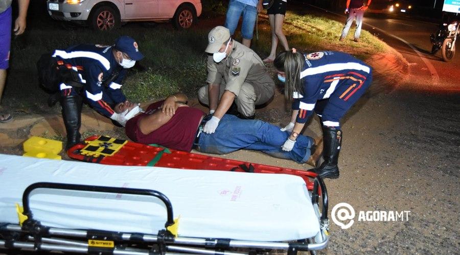 Imagem: Samu realizando atendimento a vitima Falta de atenção causa acidente e deixa motociclista ferido