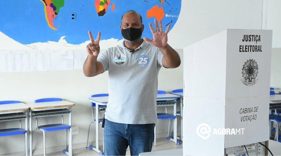 Imagem: Thiago Muniz votando Thiago Muniz confia no sistema eleitoral, mas considera voto impresso viável