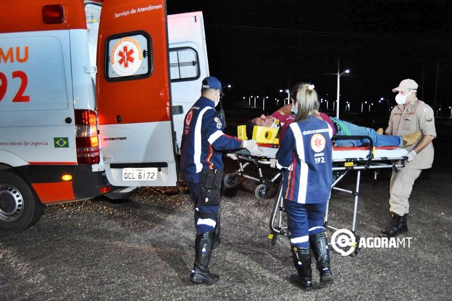 Imagem: Vitima de acidente sendo socorrido Falta de atenção causa acidente e deixa motociclista ferido
