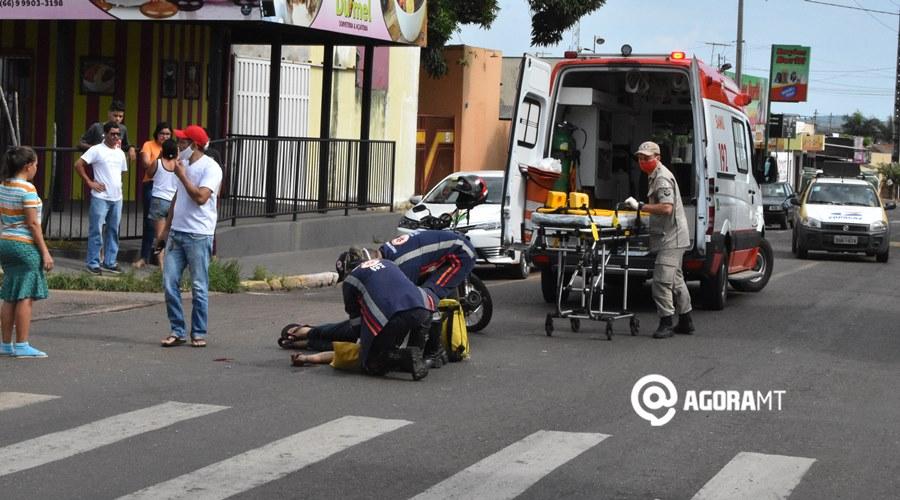 Imagem: Vitima sendo socorrida Motoqueiro é atropelado na Avenida Goiânia e perde dedos da mão
