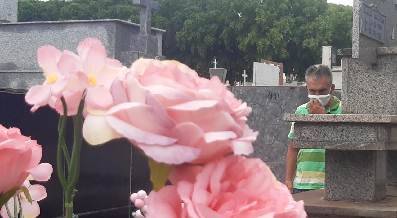 Imagem: cem cba Mais de 150 mil pessoas devem passar pelos cemitérios de Cuiabá e Várzea Grande