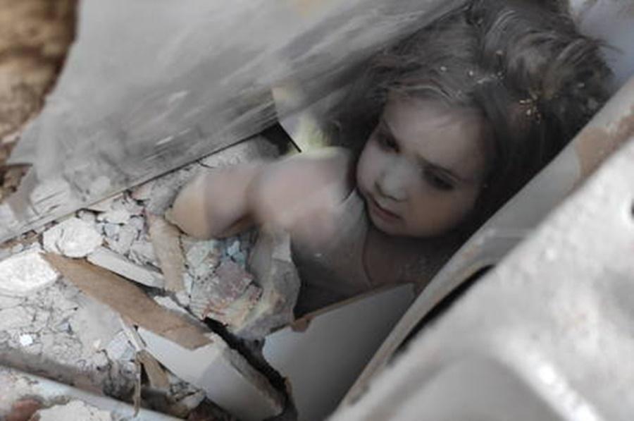 Imagem: menina resgatada Criança é resgatada quatro dias após terremoto