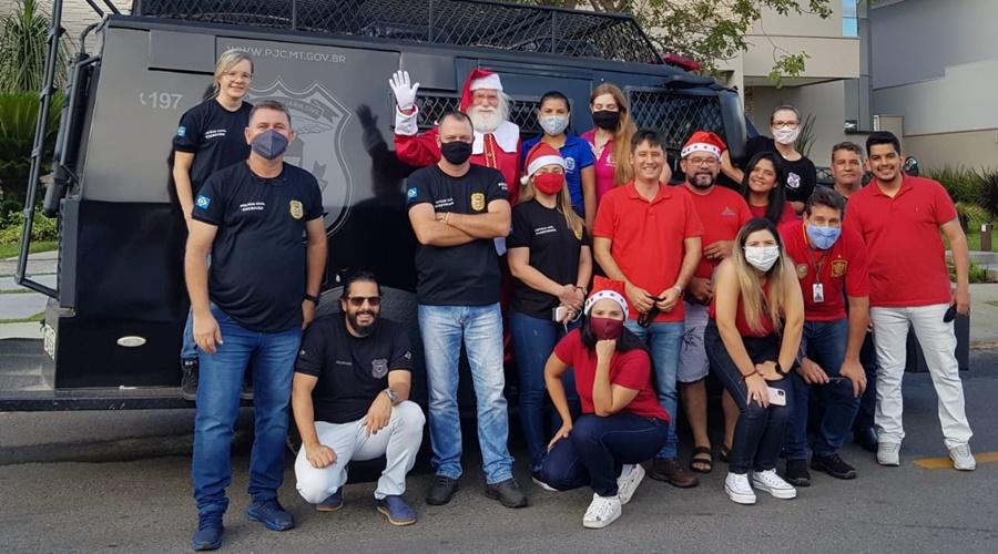 Imagem: Acao natal feliz Doações da Campanha Natal Solidário enchem dois veículos de presentes