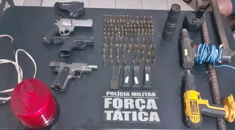 Imagem: Armas e ferramentas foram apreendidas pela policia Militar Policiais são presos suspeitos de planejar assalto a banco no MT