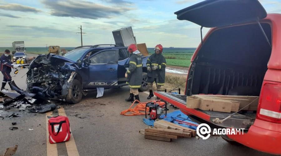 Imagem: Bombeiros resgatando vitima de acidente em PVA Duas pessoas morrem após colisão na BR-070