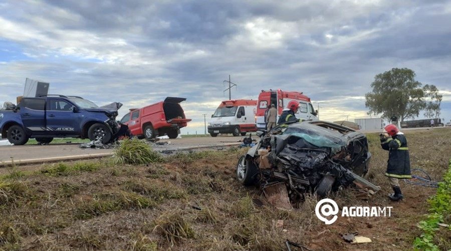 Imagem: Bombeiros resgatando vitima de acidente Duas pessoas morrem após colisão na BR-070
