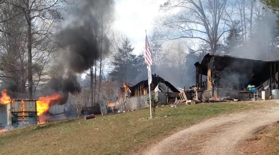 Imagem: Casa da familia de Eli foi totalmente destruida Criança de 7 anos resgata irmã bebê de incêndio dentro de casa