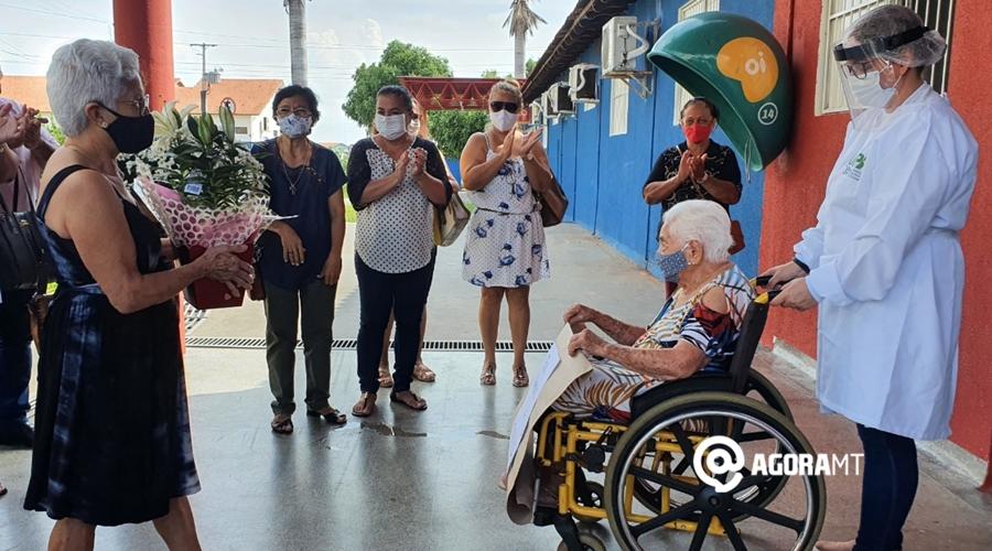 Imagem: Homenagem dos familiares a idosa que venceu a covid 19 Idosa de 100 anos recebe alta após se curar da Covid-19