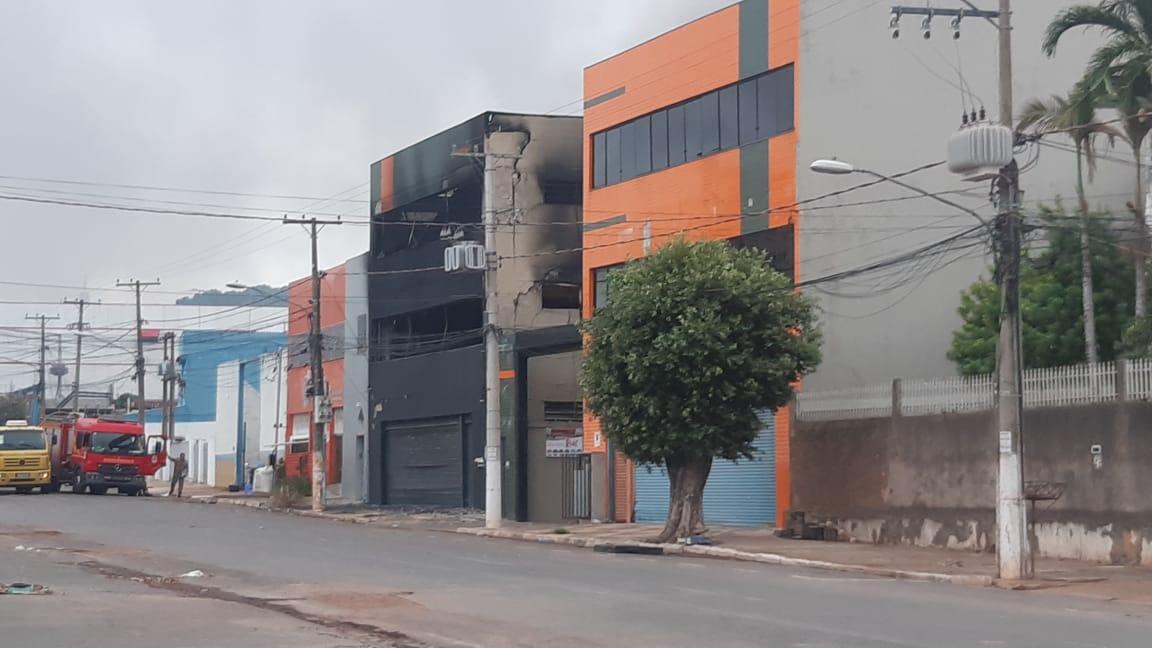 Imagem: Incendio Cba1 Incêndio destruiu loja de utilidades em Cuiabá; dois bombeiros se feriram no combate