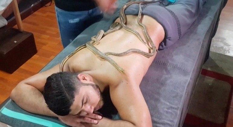 Imagem: Massagem com cobras 1 Massagem com cobras é a tendência de saúde do momento