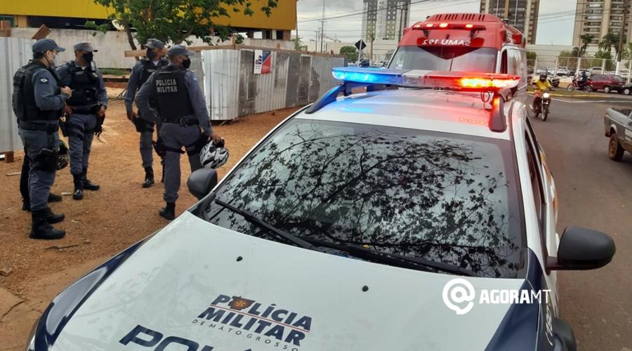 Imagem: Samu e PM atendendo vitima de acidente na Vila Aurora Motociclista fica ferido ao perder o controle em rotatória