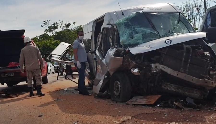 Imagem: Van acidente Caminhão e Van colidem e 12 pessoas ficam feridas em MT