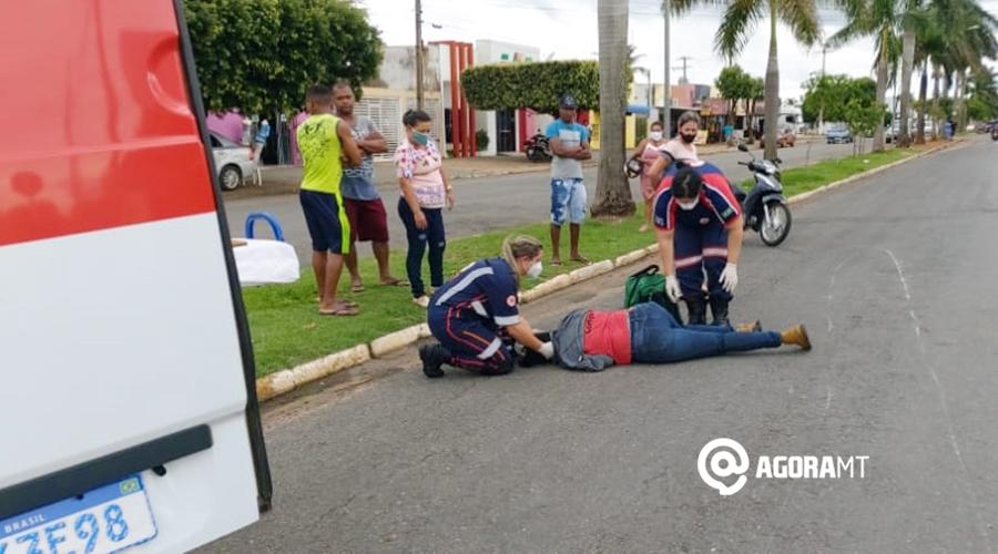 Imagem: Vitima sendo atendida pelo samu 01 Motociclista sofre acidente ao tentar desviar de cachorro na rua