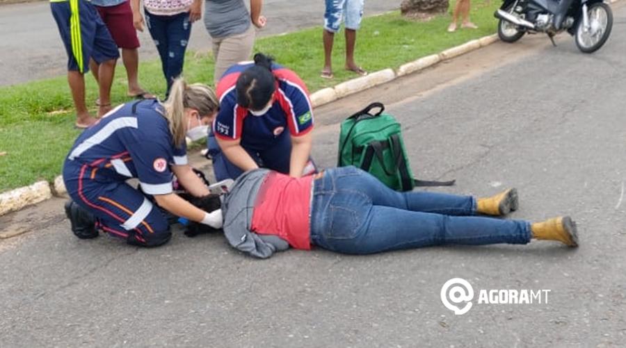 Imagem: Vitima sendo atendida pelo samu Motociclista sofre acidente ao tentar desviar de cachorro na rua