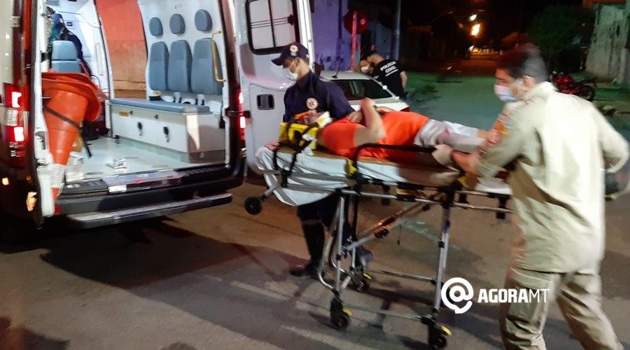 Imagem: Vitima sendo socorrida 1 Acidente entre dois veículos deixa uma pessoa ferida