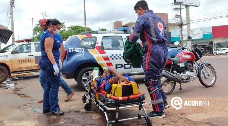 Imagem: Vitima sendo socorrida Carro invade a preferencial, causa acidente e deixa motociclista ferido