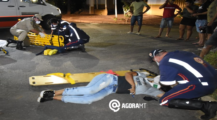 Imagem: Vitimas de acidente sendo socorridos Colisão de forte impacto deixa motociclistas feridos