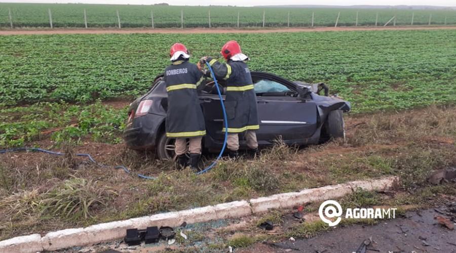 Imagem: Vitimas sendo resgatadas pelo bombeiros em PVA Duas pessoas morrem após colisão na BR-070