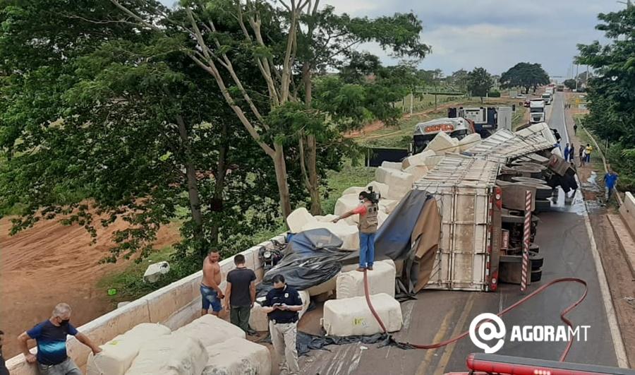 Imagem: acidente rodovia Varlei Moto fica prensada em tombamento de carga e choque entre carretas