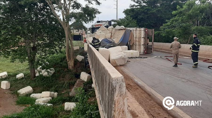 Imagem: acidente rodovia Varlei2 Moto fica prensada em tombamento de carga e choque entre carretas