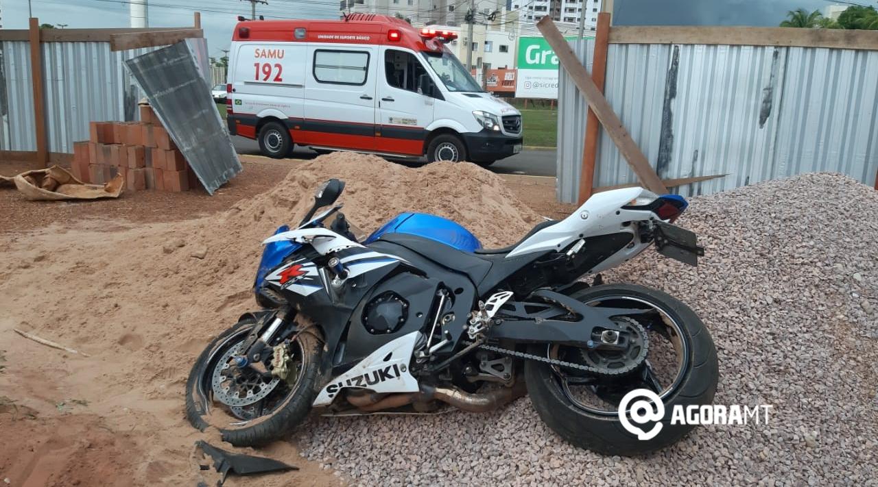 Imagem: motociceta envolvida no acidente Motociclista fica ferido ao perder o controle em rotatória