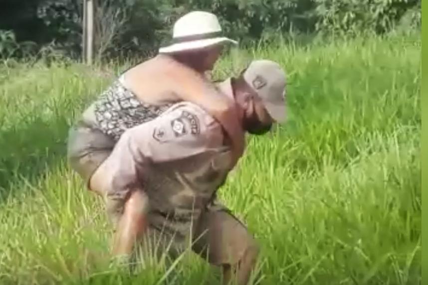 Imagem: resgate mulher cobra Cobra enrola em mulher e a arrasta para dentro de lago em MT