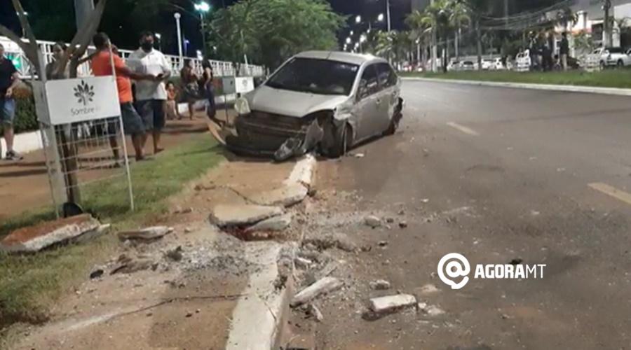 Imagem: Automovel Fiesta destruido Motorista perde o controle de caminhonete e avança sobre dois outros veículos