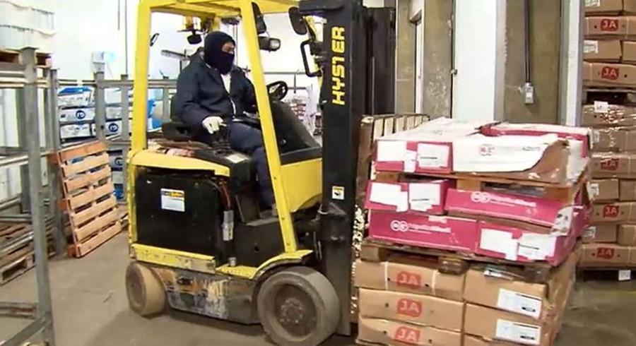 Imagem: Bandidos roubando carne Quadrilha usa fuzis para roubar 80 toneladas de carne
