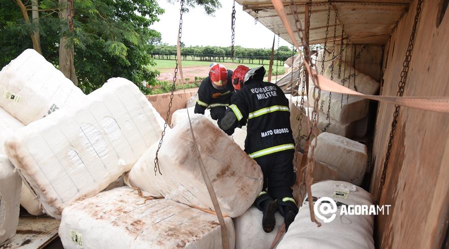 Imagem: Bombeiros fazendo rescaldo Caminhão com pluma de algodão tomba na ponte do Lourecinho