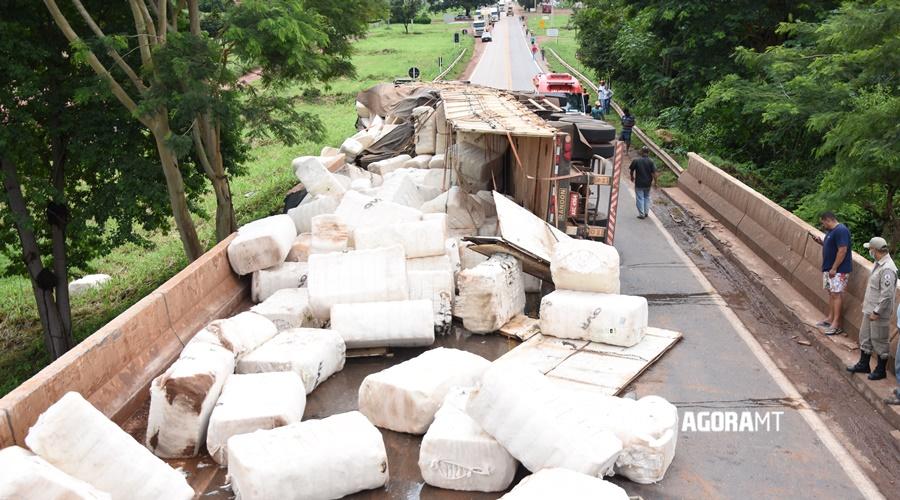 Imagem: Carga de algodao espalhadas na rodovia Caminhão com pluma de algodão tomba na ponte do Lourecinho