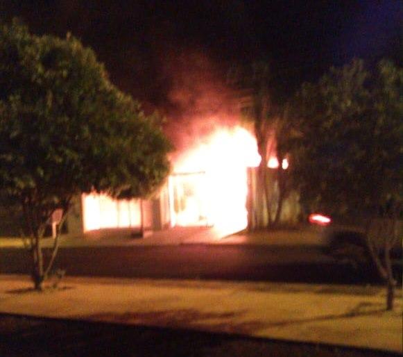 Imagem: Casa pega fogo Casa pega fogo em Rondonópolis e fica totalmente destruída