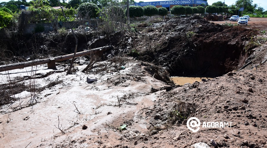 """Imagem: Desentupimento do bueiro Coder desentope bueiro e resolve problema de """"lagoa"""" no Anel Viário"""