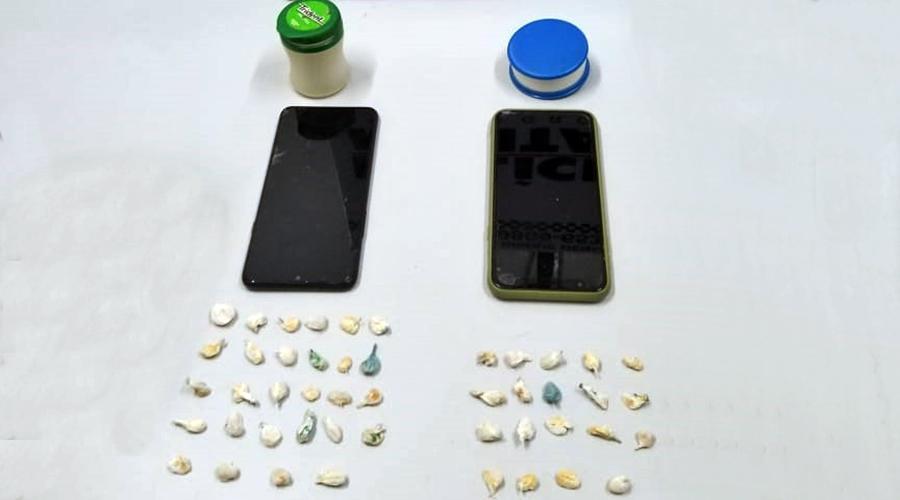 Imagem: Drogas e celulares apreendidos com menores pela Policia Militar Dois menores são detidos pela PM portando diversas porções de droga