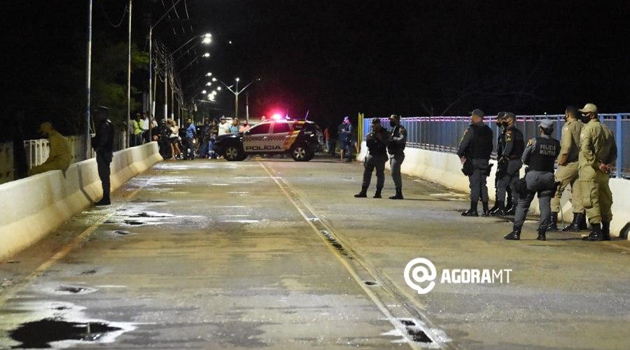 Imagem: Equipe do Corpo de Bombeiro PM e populares no local PM e Corpo de Bombeiro impedem homem de pular de ponte do Rio Vermelho