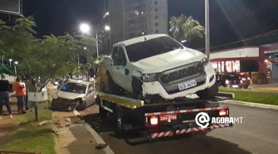 Imagem: Ford Ranger sendo guinchada Motorista perde o controle de caminhonete e avança sobre dois outros veículos