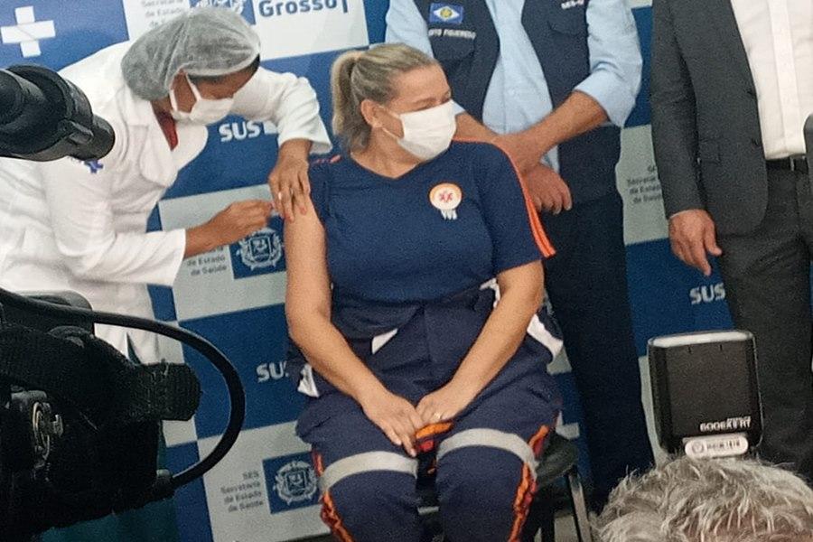 Imagem: Medica do Samu sendo vacinada Profissional da UTI Covid-19 é a primeira a ser vacinada em MT