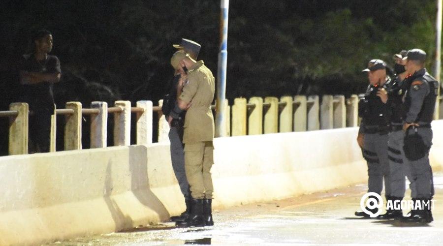 Imagem: Momento da negociacao PM e Corpo de Bombeiro impedem homem de pular de ponte do Rio Vermelho