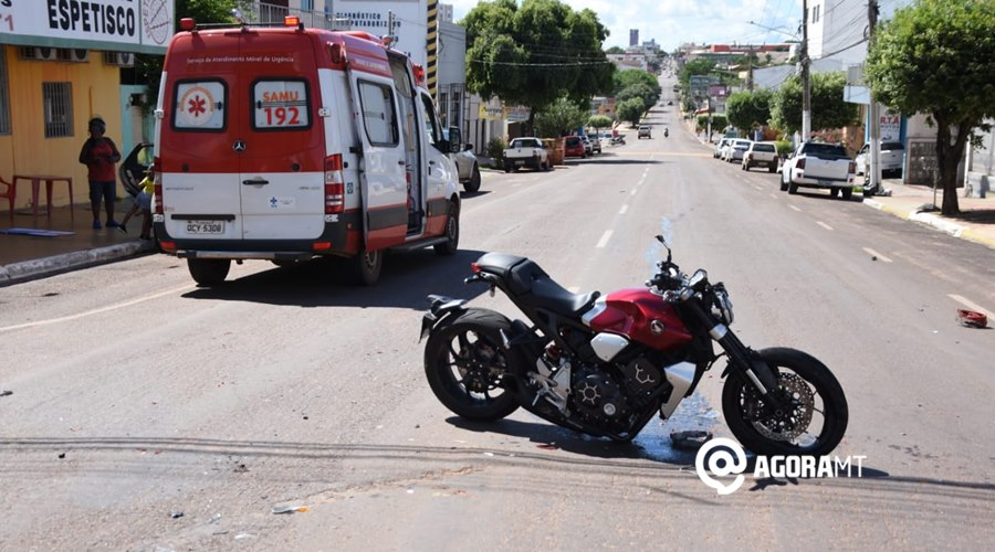 Imagem: Motocicleta envolvida no acidente 1 Carro invade a preferencial, causa acidente e motociclista fica ferido