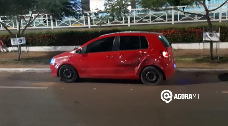 Imagem: Outro veiculo amassado apos colisao Motorista perde o controle de caminhonete e avança sobre dois outros veículos
