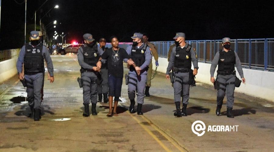 Imagem: Policiais acompanhando vitima apos ser rendido Copia PM e Corpo de Bombeiro impedem homem de pular de ponte do Rio Vermelho