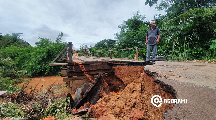 Imagem: Ponte do Jardim da Flores com a cabeceira caida Erosão ameaça cabeceira de ponte que liga ao Jardim das Flores