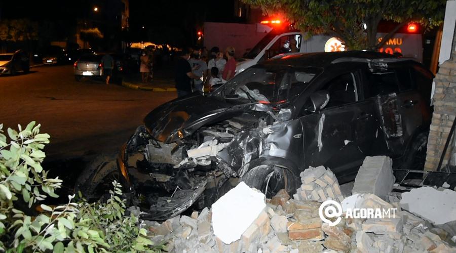 Imagem: Veiculo e imovel danificado na Vila Aurora Motorista desvia de cachorro, perde controle do veículo e acaba invadindo comércio