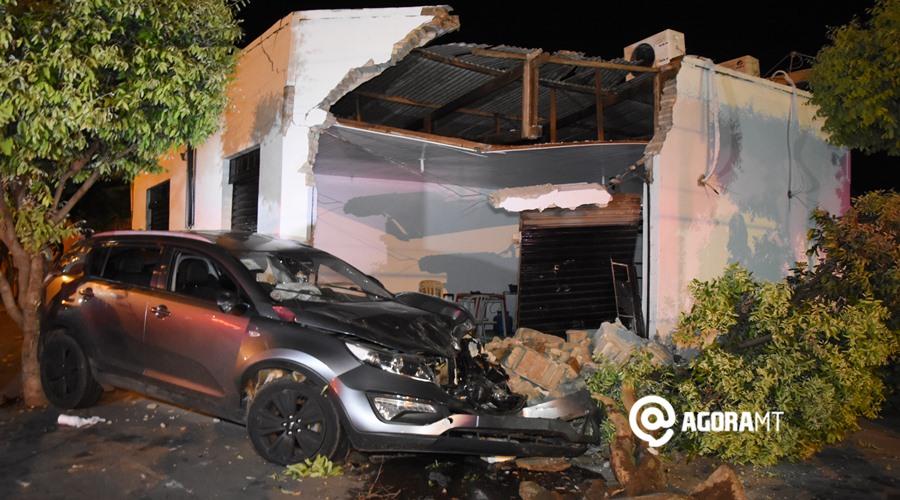 Imagem: Veiculo e imovel danificado Motorista desvia de cachorro, perde controle do veículo e acaba invadindo comércio