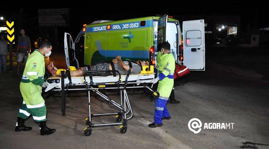 Imagem: Vitima recebendo socorro da Rota do Oeste Acidente entre duas motos deixa condutores feridos na BR - 364