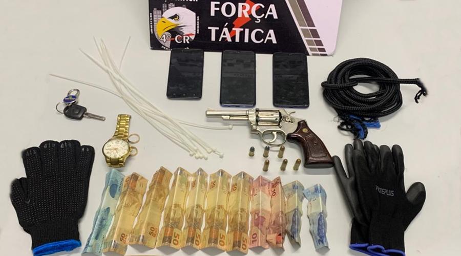 Imagem: Arma dinheiro celulares apreendidos com suspeitos pela Fora Tatica Quadrilha é presa após roubo a residência e caminhonete é recuperada
