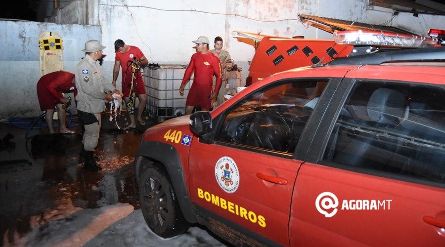 Imagem: Bombeiros apos localizarem o corpo Bombeiros localizam corpo de jovem que se afogou em Rondonópolis