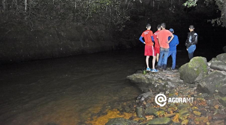 Imagem: Bombeiros e testemunhas no local Bombeiros localizam corpo de jovem que se afogou em Rondonópolis