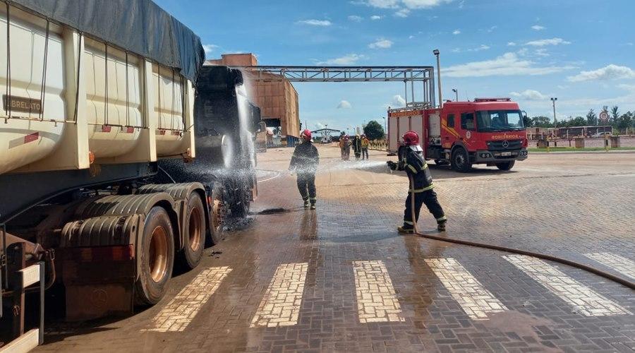 Imagem: Caminhao pega fogo Corpo de Bombeiros é acionado para apagar incêndio de caminhão